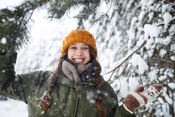 lycklig flicka i woods - pine forest sweden bildbanksfoton och bilder