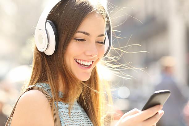 glückliche mädchen hören musik mit kopfhörern - geräusche app stock-fotos und bilder