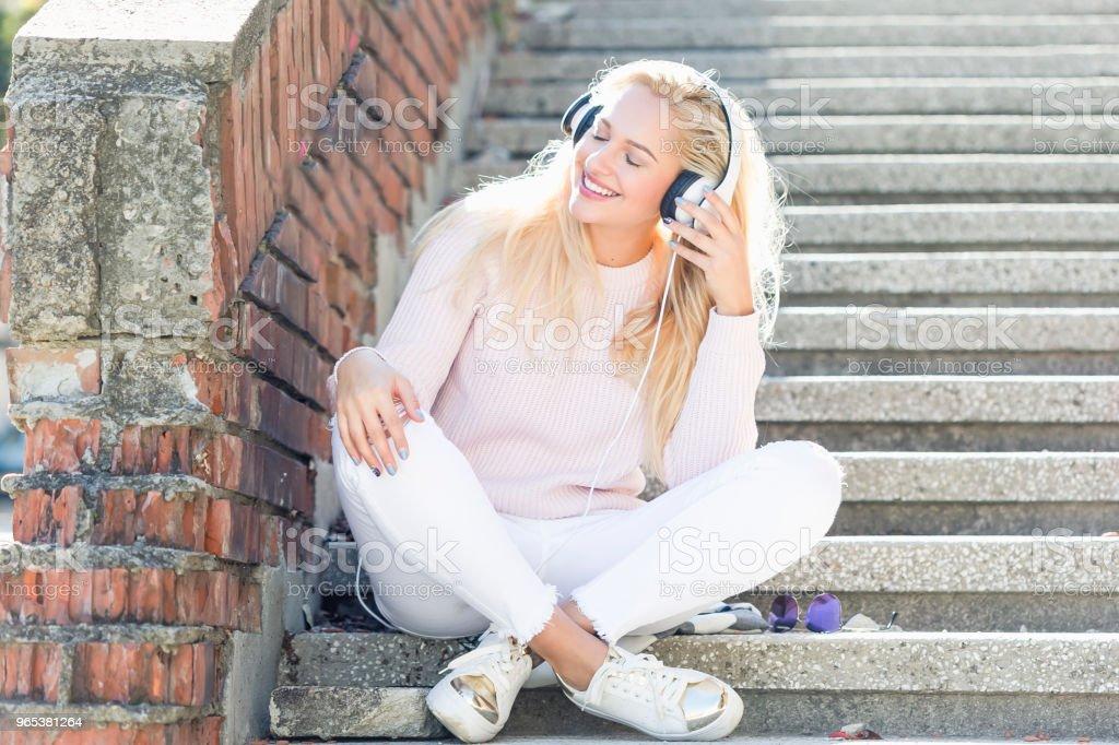 Happy girl listening music with headphones zbiór zdjęć royalty-free