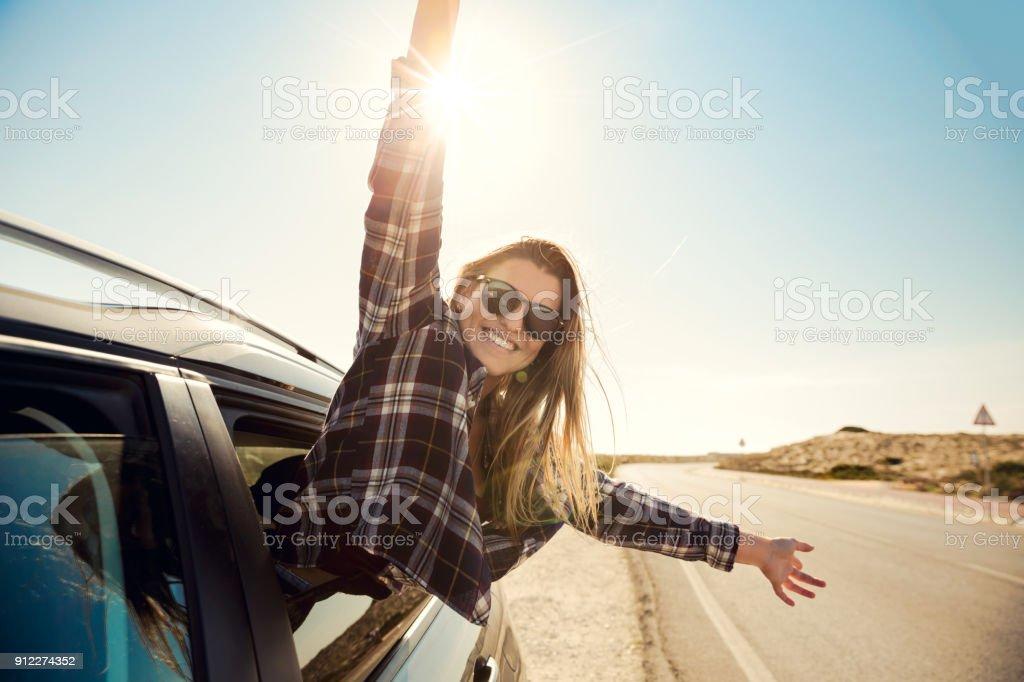 車の窓の外を見て幸せな女の子 ロイヤリティフリーストックフォト