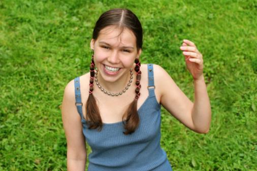 幸せな女の子の芝生 - あこがれのストックフォトや画像を多数ご用意