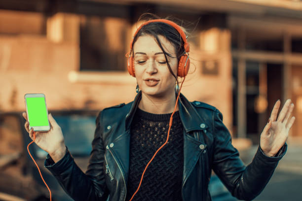 glückliche mädchen - geräusche app stock-fotos und bilder