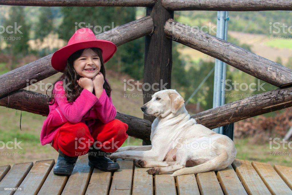Gelukkig meisje speelt met haar hond - Royalty-free 4-5 jaar Stockfoto