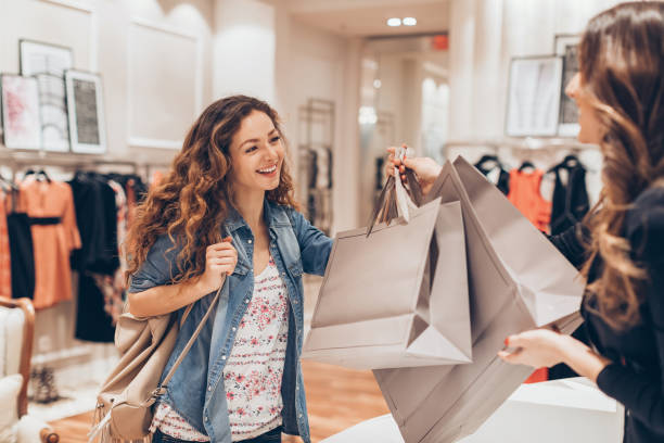 Fille heureuse, faire du shopping dans le magasin de mode - Photo