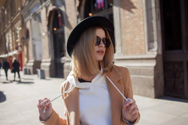 Chica feliz caminando por la calle, día soleado. De moda y de moda - foto de stock