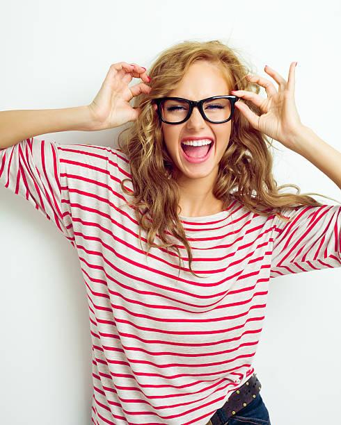 Garota feliz usando óculos - foto de acervo