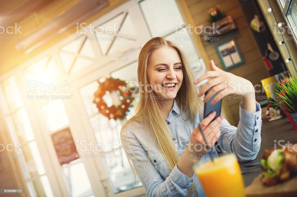 Happy girl with a phone in her hands – Foto