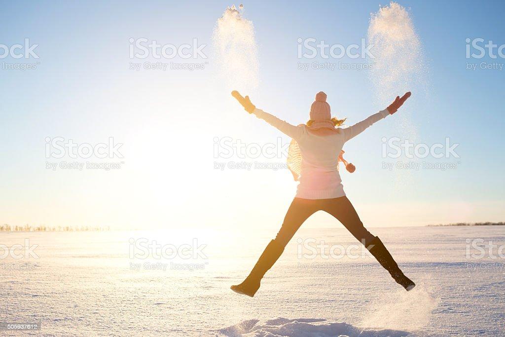 Garota feliz com uma echarpe vermelha no inverno - foto de acervo