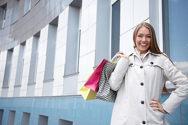 Glückliche Mädchen mit Einkaufstasche – Foto