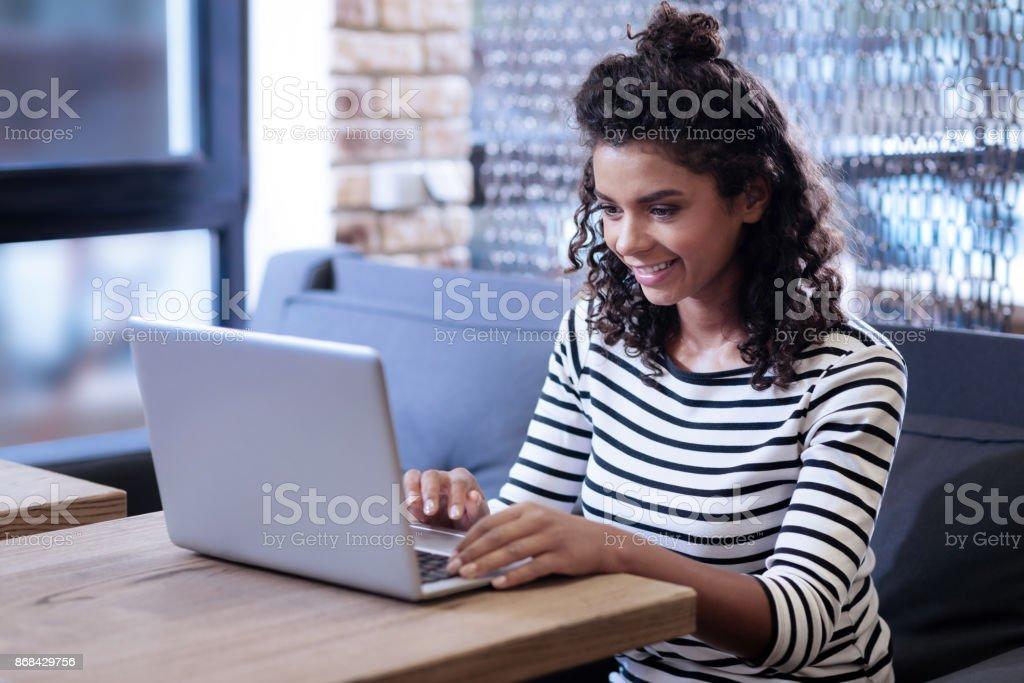 Chica feliz trabajando en la computadora portátil foto de stock libre de derechos