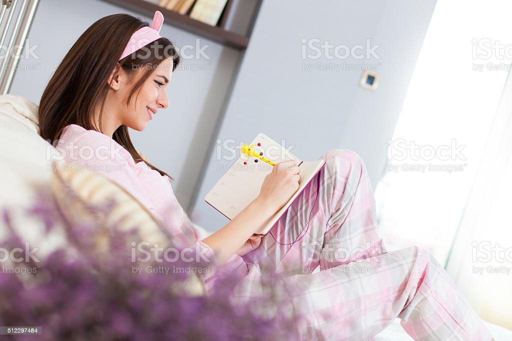 Menina feliz escrevendo em um diário - foto de acervo