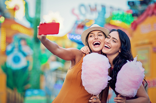 Gelukkig Vriendinnen Nemen Selfiemaken Videooproep En Maak Plezier Samen In Een Kermis Stockfoto en meer beelden van Arcade