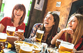 醸造所レストラン - 若い女性友達との時間を楽しんで、クールなビンテージ パブ - 左の女の子に焦点を当てるで本物を楽しんで友情概念でビールを飲んで幸せなガール フレンドの女性グループ