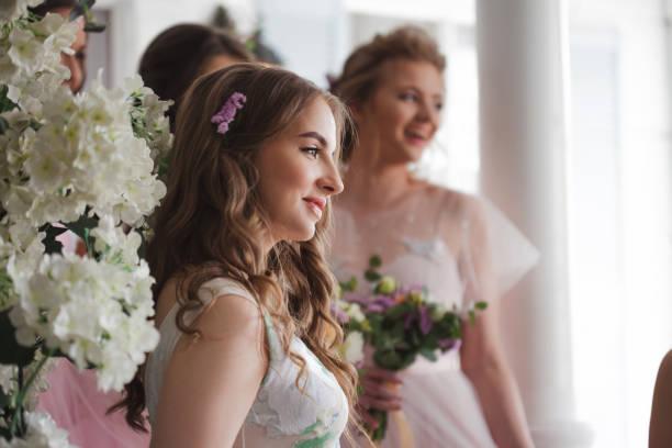 Chicas felices en la boda de su mejor amigo. Hermosa y elegante novia con sus amigos. - foto de stock