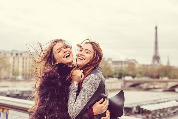 glückliche mädchen genießen sie paris zusammen - genießen französisch stock-fotos und bilder
