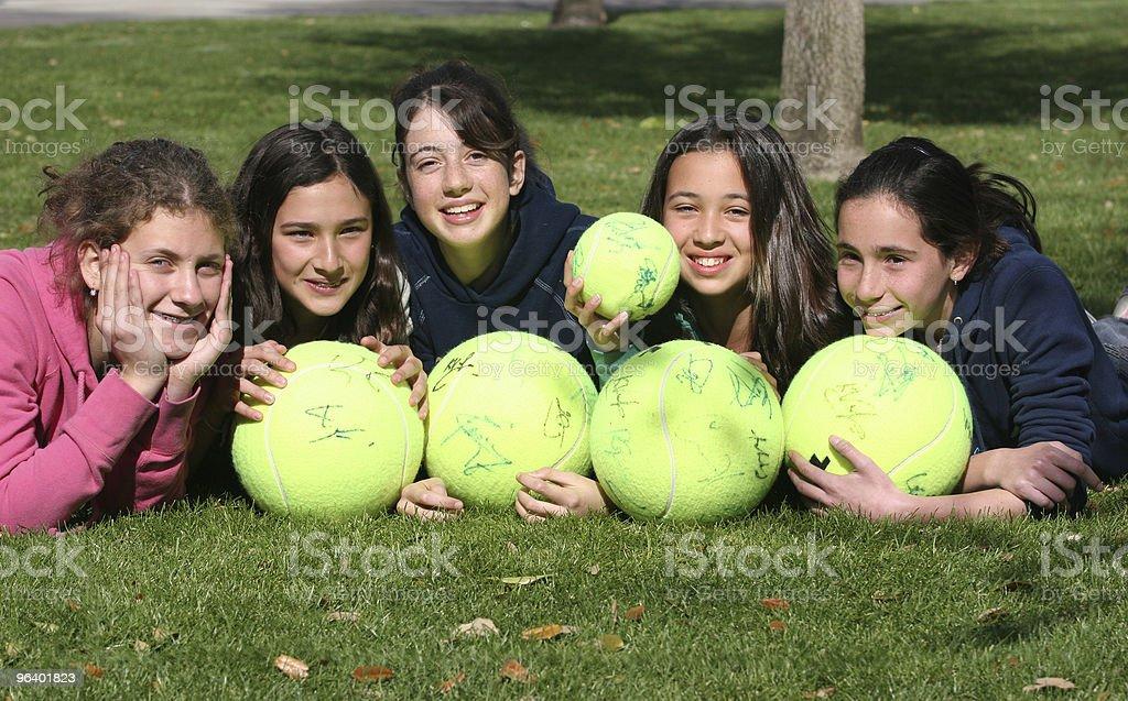 幸せな女性に、テニスボール - カジュアルウェアのロイヤリティフリーストックフォト