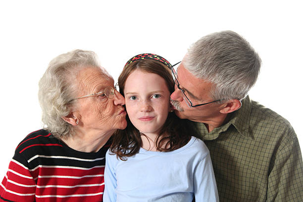 nipoti maschi e femmine felice baci guida - brunette woman eyeglasses kiss man foto e immagini stock