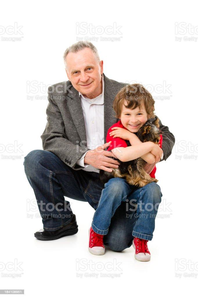 Feliz abuelo con los nietos y perros - foto de stock