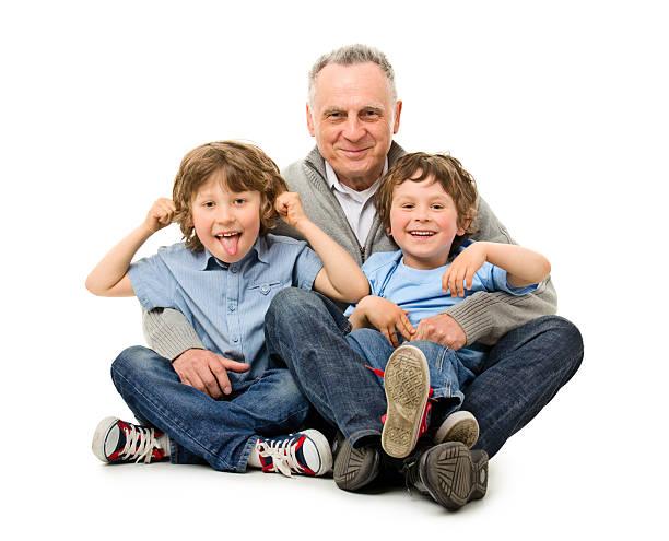 Feliz abuelo con sus nietos - foto de stock