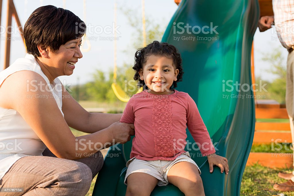 Feliz abuela con granddaughter - foto de stock