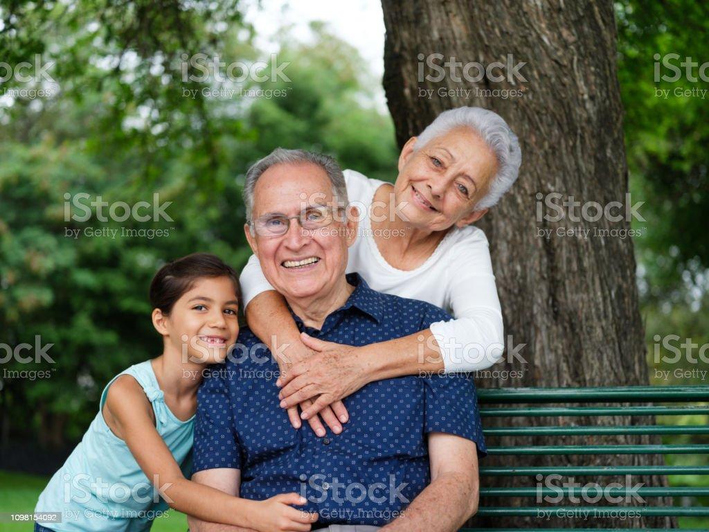 Nieto y abuelos felices - foto de stock