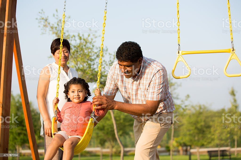 Abuelos con granddaughter feliz - foto de stock