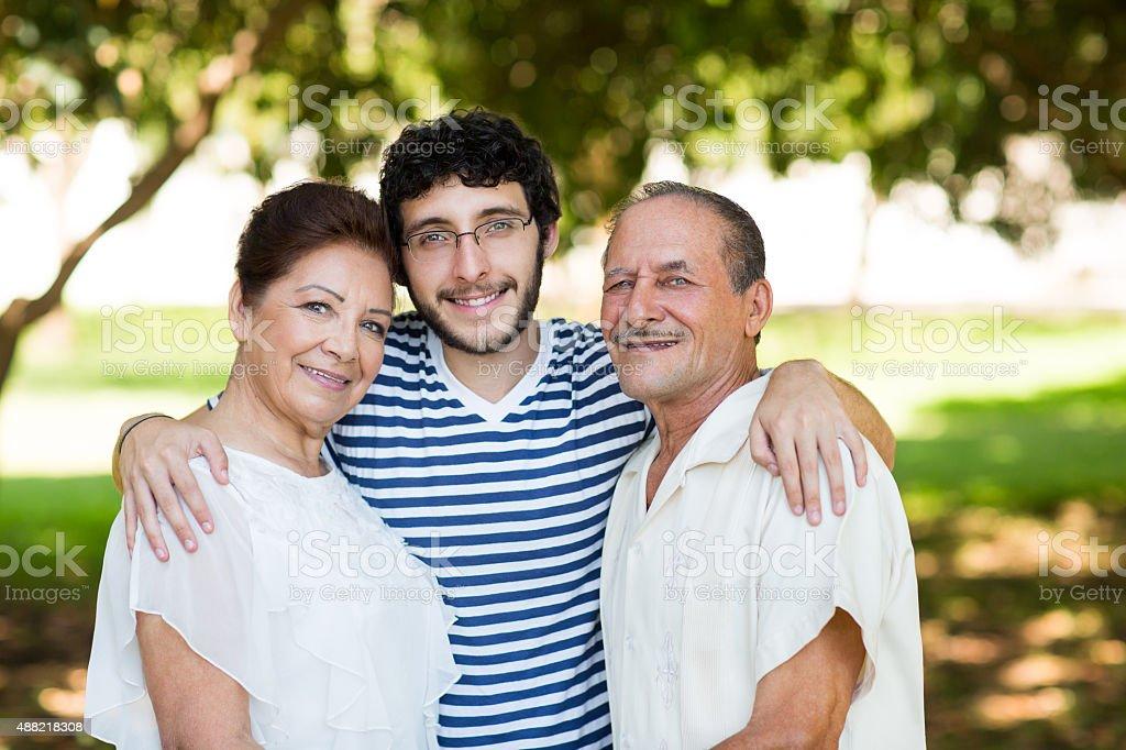 Feliz nieto con abuelos - foto de stock