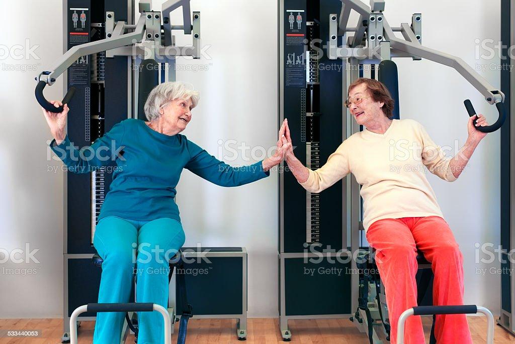 Happy Grannies Sie Bankdrücken trainieren. – Foto