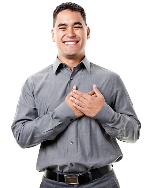 grinning jovem feliz com as mãos sobre o coração - mão no peito imagens e fotografias de stock