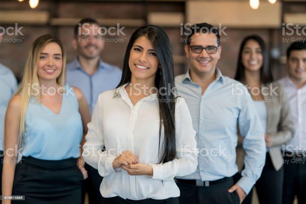 Glückliche Gruppe von Geschäftsleuten, die Arbeiten im Büro – Foto