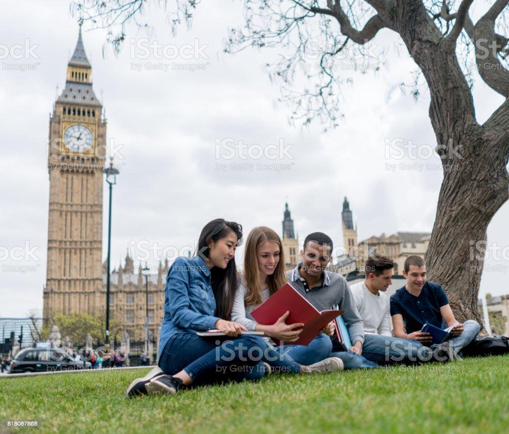 Glücklich Gruppe von englischen Studenten in London – Foto
