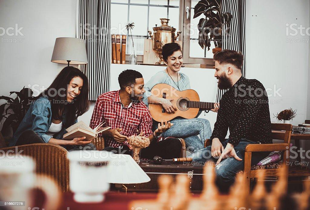 Glücklich eine Gruppe von Freunden singen und spielen Musik zusammen, – Foto