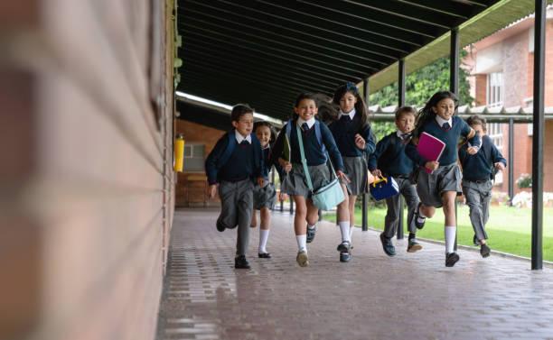 Glückliche Gruppe von Kindern läuft in Richtung Klassenzimmer an der Schule – Foto