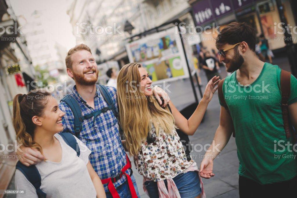 Glückliche Gruppe von Touristen reisen und sightseeing - Lizenzfrei Besichtigung Stock-Foto