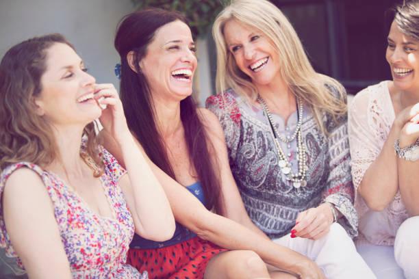 feliz grupo de mulheres se divertindo - belas mulheres argentina - fotografias e filmes do acervo