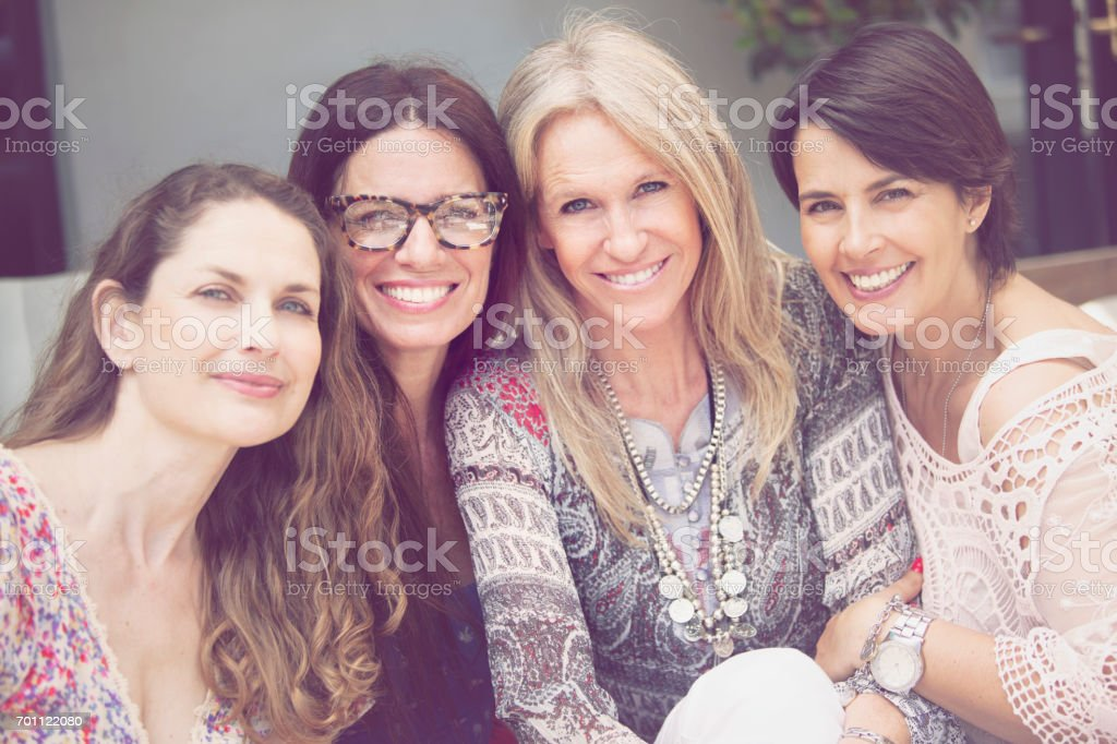 Feliz grupo de mulheres se divertindo - foto de acervo