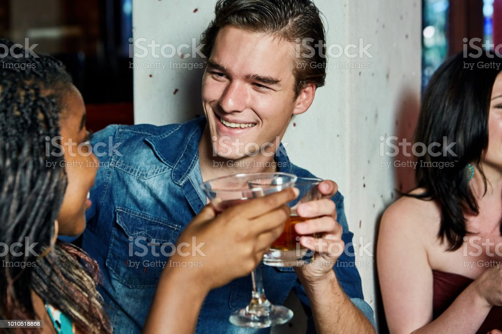 Glückliche Gruppe junger Menschen am Bar oder Diskothek - Lizenzfrei Afrikanischer Abstammung Stock-Foto