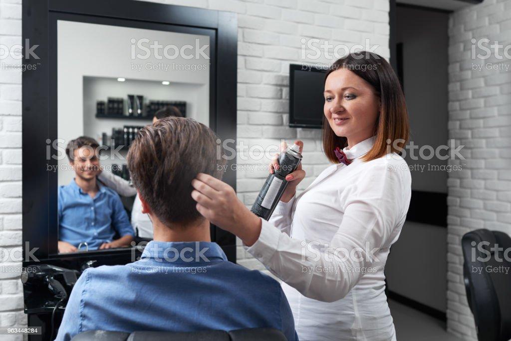 Mutlu Kuaför saç modeli yapma - Royalty-free Adamlar Stok görsel