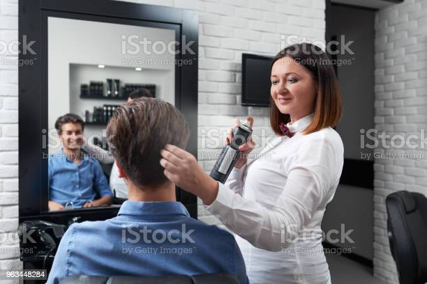 Mutlu Kuaför Saç Modeli Yapma Stok Fotoğraflar & Adamlar'nin Daha Fazla Resimleri