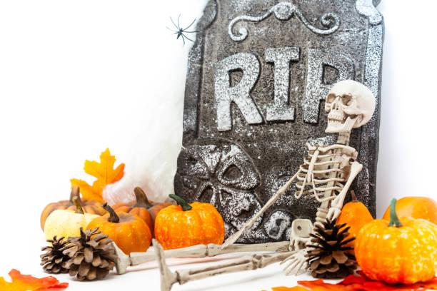 happy halloween-konzept requiescat in pace - halloween grabsteine stock-fotos und bilder