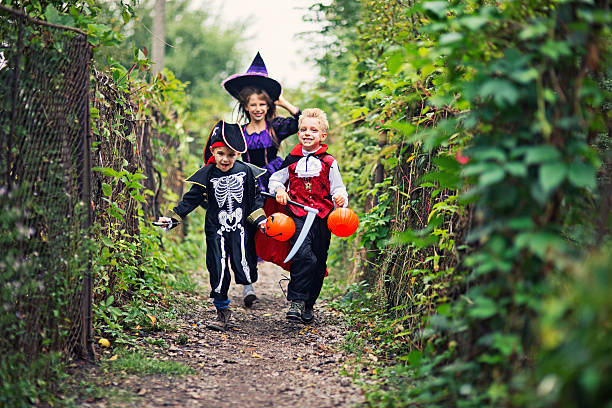 Happy halloween enfants courir sur un chemin - Photo