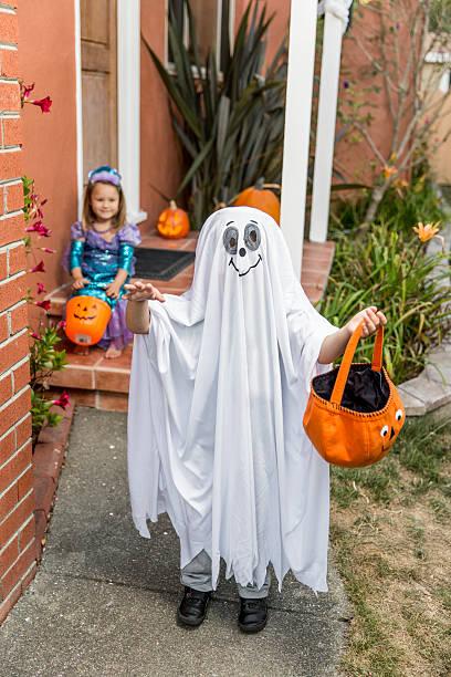fröhliches halloween: kleine kinder bereit süßes oder saures-halloweenspruch - geist kostüm stock-fotos und bilder