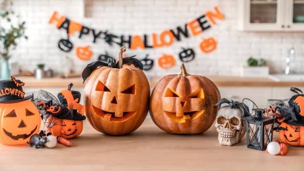 felice halloween! lanterna pumpkin jack con per le vacanze in famiglia a casa - halloween foto e immagini stock