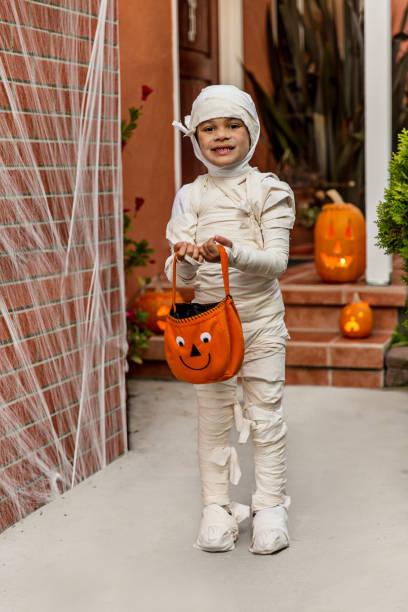 happy halloween-porträt einer mumie - kleine jungen kostüme stock-fotos und bilder