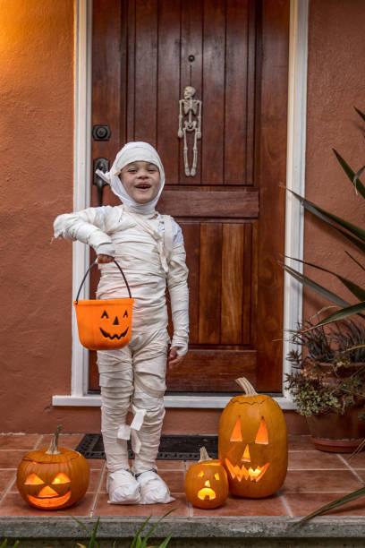 happy halloween-porträt einer mumie - die mumie 4 stock-fotos und bilder