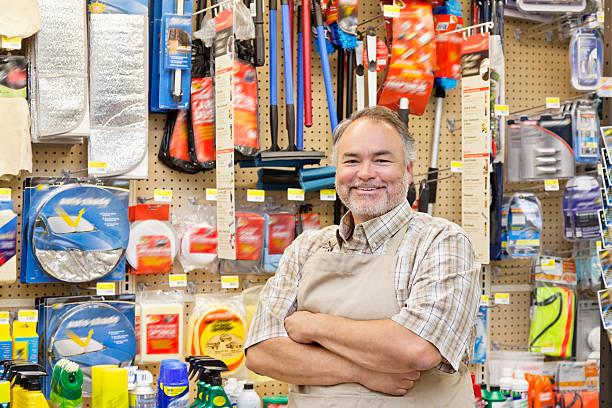 happy baumarkt verkäufer - baumarkt stock-fotos und bilder