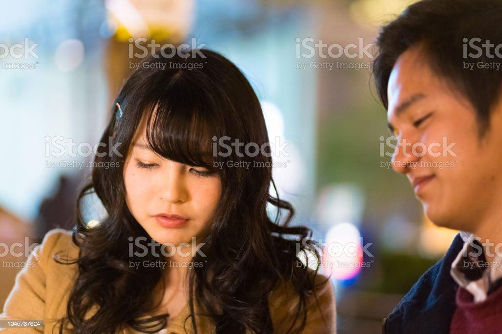 カフェでデート幸せな高校生カップル ストックフォト
