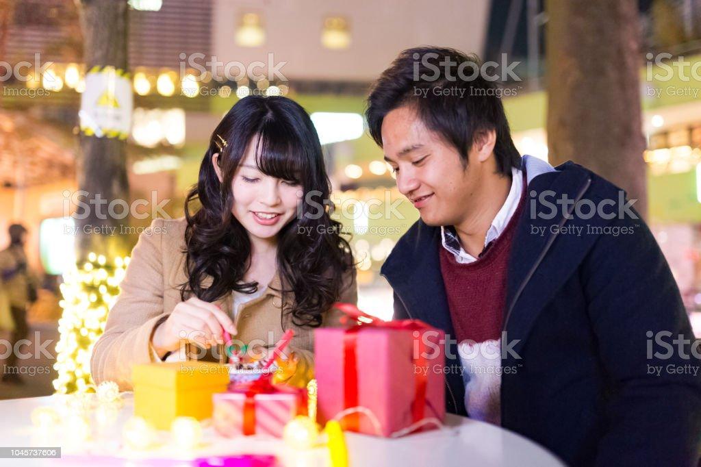 カフェでデザートを食べて幸せな高校生カップル ストックフォト
