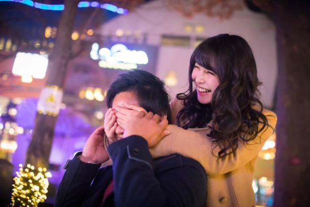glücklich high school mädchen spuckten freund - weihnachten japan stock-fotos und bilder