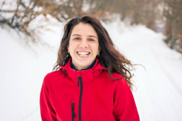 glückliche wanderer auf verschneiten weg gehen - gute winterjacken stock-fotos und bilder